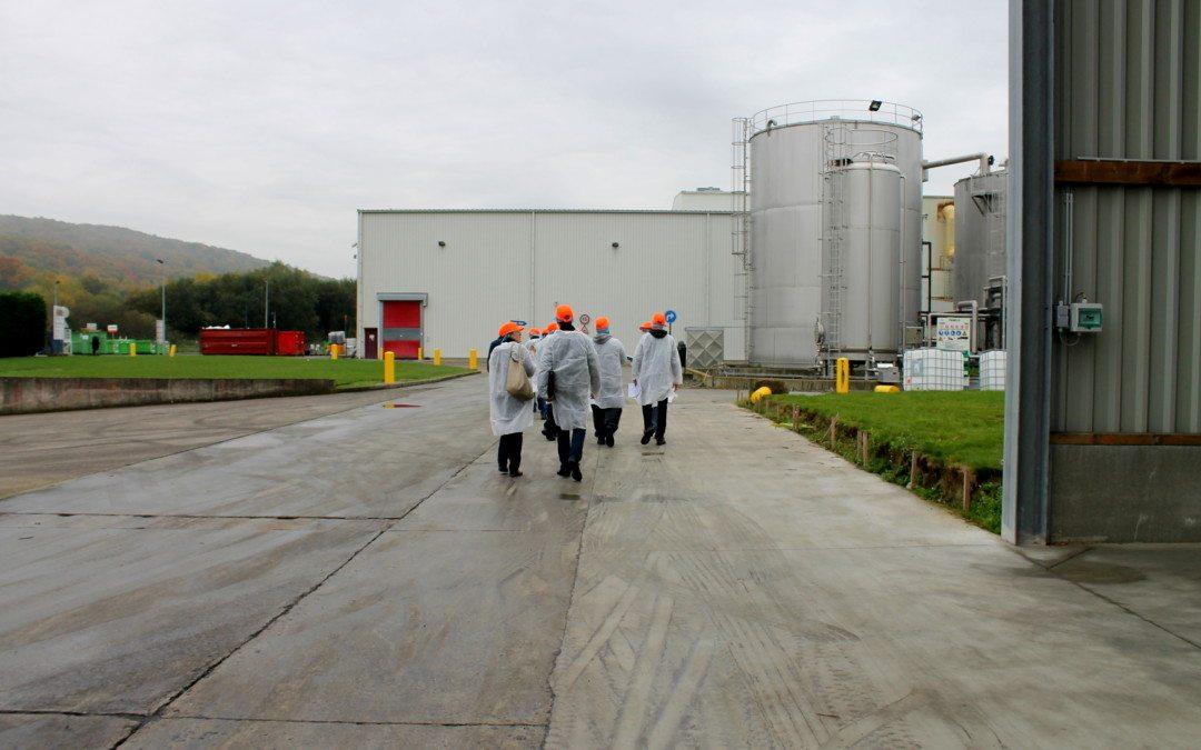Des opérateurs de production visitent l'usine Puratos