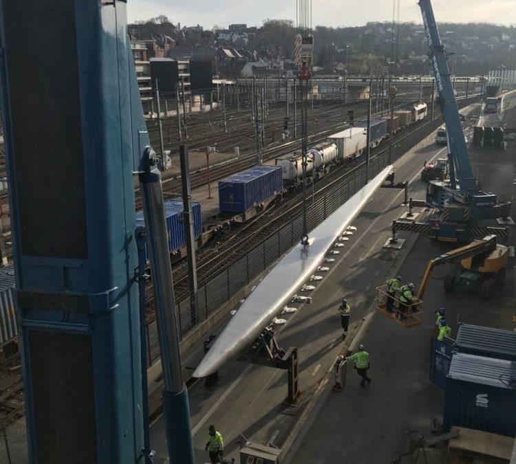 Techno Métal Industrie : pose du mât du pont d'accès à la nouvelle gare des bus de Namur